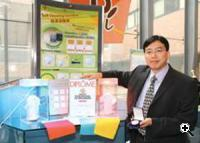 Professor John H. Xin with the self cleaning fabrics (Credit: digitallifestyle.org)